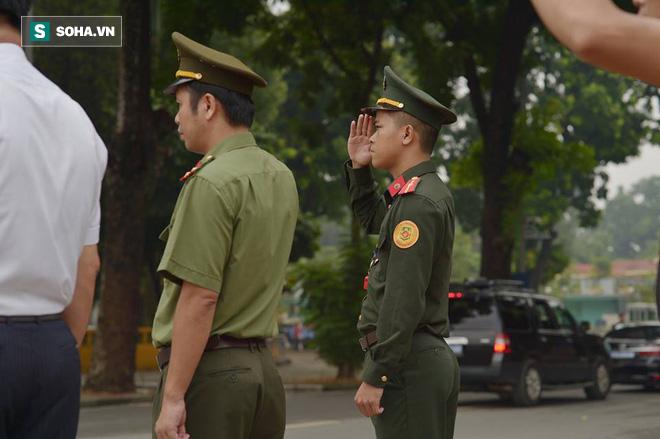 Hành trình linh xa đưa Chủ tịch nước Trần Đại Quang qua các ngõ phố Hà Nội để về quê nhà - Ảnh 9.