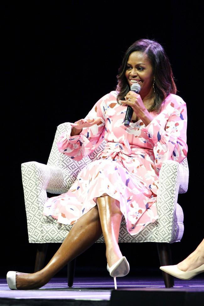 Phải đến khi bà Michelle Obama rời Nhà Trắng, chúng ta mới được ngắm nhiều khoảnh khắc bà diện đồ trẻ trung và phóng khoáng đến vậy - Ảnh 5.