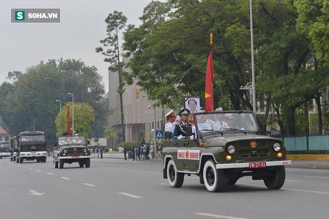 Hành trình linh xa đưa Chủ tịch nước Trần Đại Quang qua các ngõ phố Hà Nội để về quê nhà - Ảnh 11.