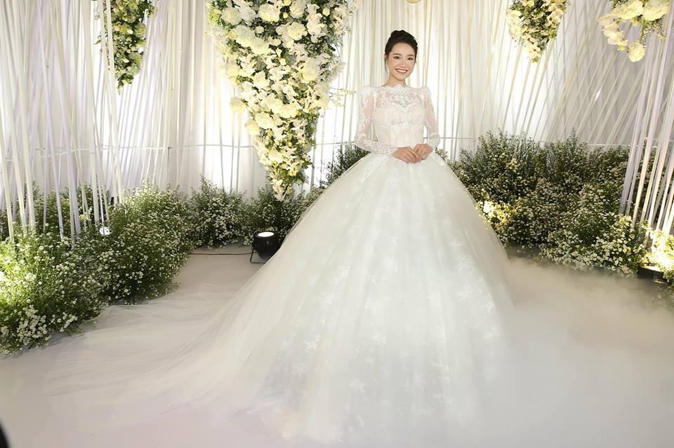 Váy cưới Nhã Phương nhìn hao hao váy cưới Hoa hậu Đặng Thu Thảo - Ảnh 2.