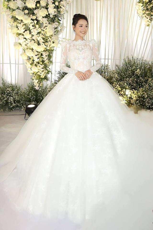 Váy cưới Nhã Phương nhìn hao hao váy cưới Hoa hậu Đặng Thu Thảo - Ảnh 1.