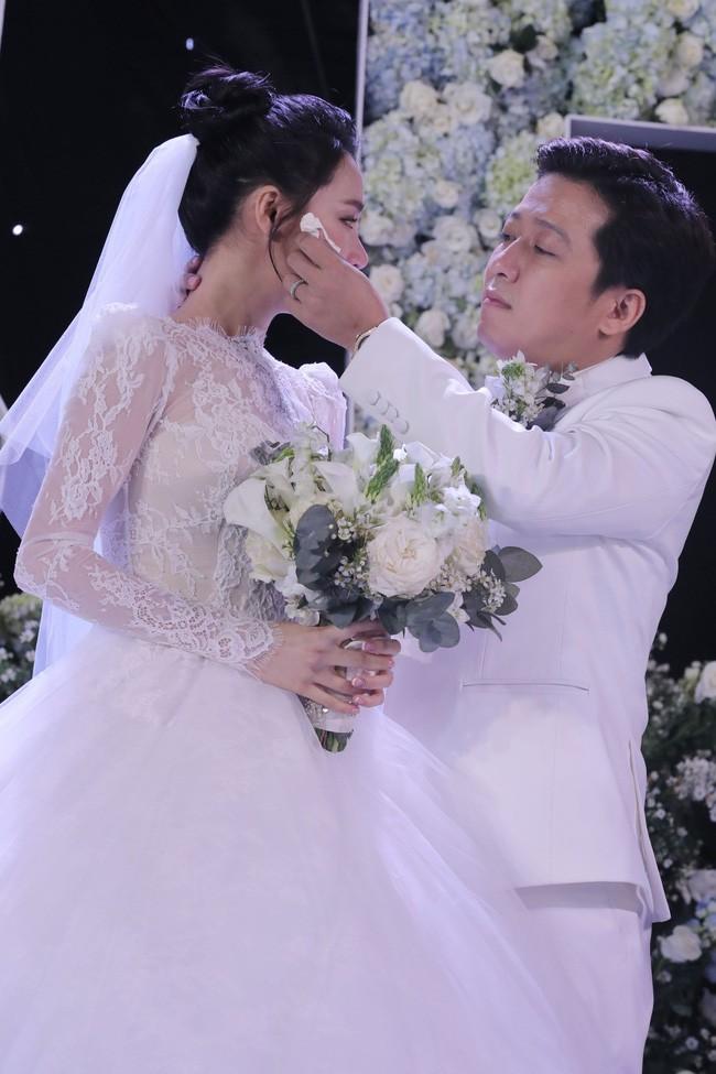 Váy cưới Nhã Phương nhìn hao hao váy cưới Hoa hậu Đặng Thu Thảo - Ảnh 4.