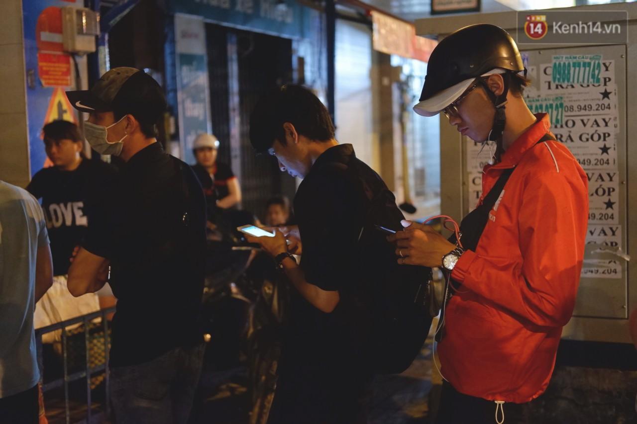 Trà đào chờ 30 năm ở vỉa hè Sài Gòn: Đông khách tới 2 giờ sáng, xếp hàng cả tiếng đồng hồ mới mua được - Ảnh 4.