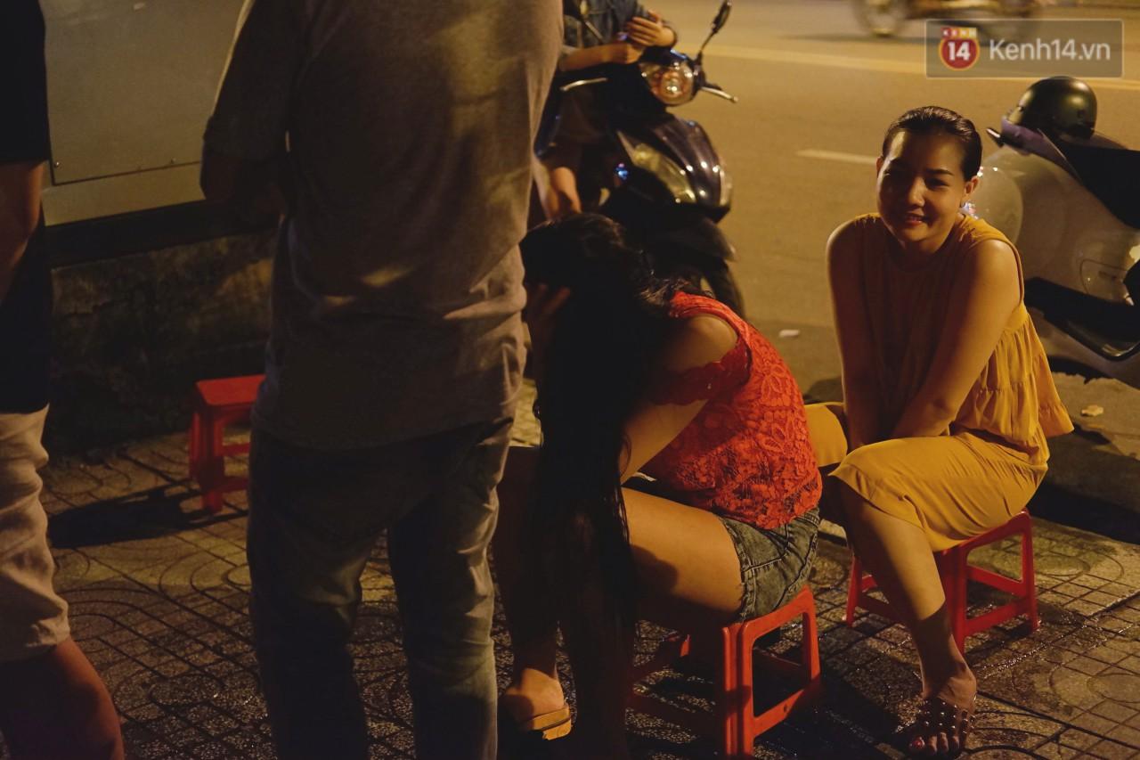 Trà đào chờ 30 năm ở vỉa hè Sài Gòn: Đông khách tới 2 giờ sáng, xếp hàng cả tiếng đồng hồ mới mua được - Ảnh 5.
