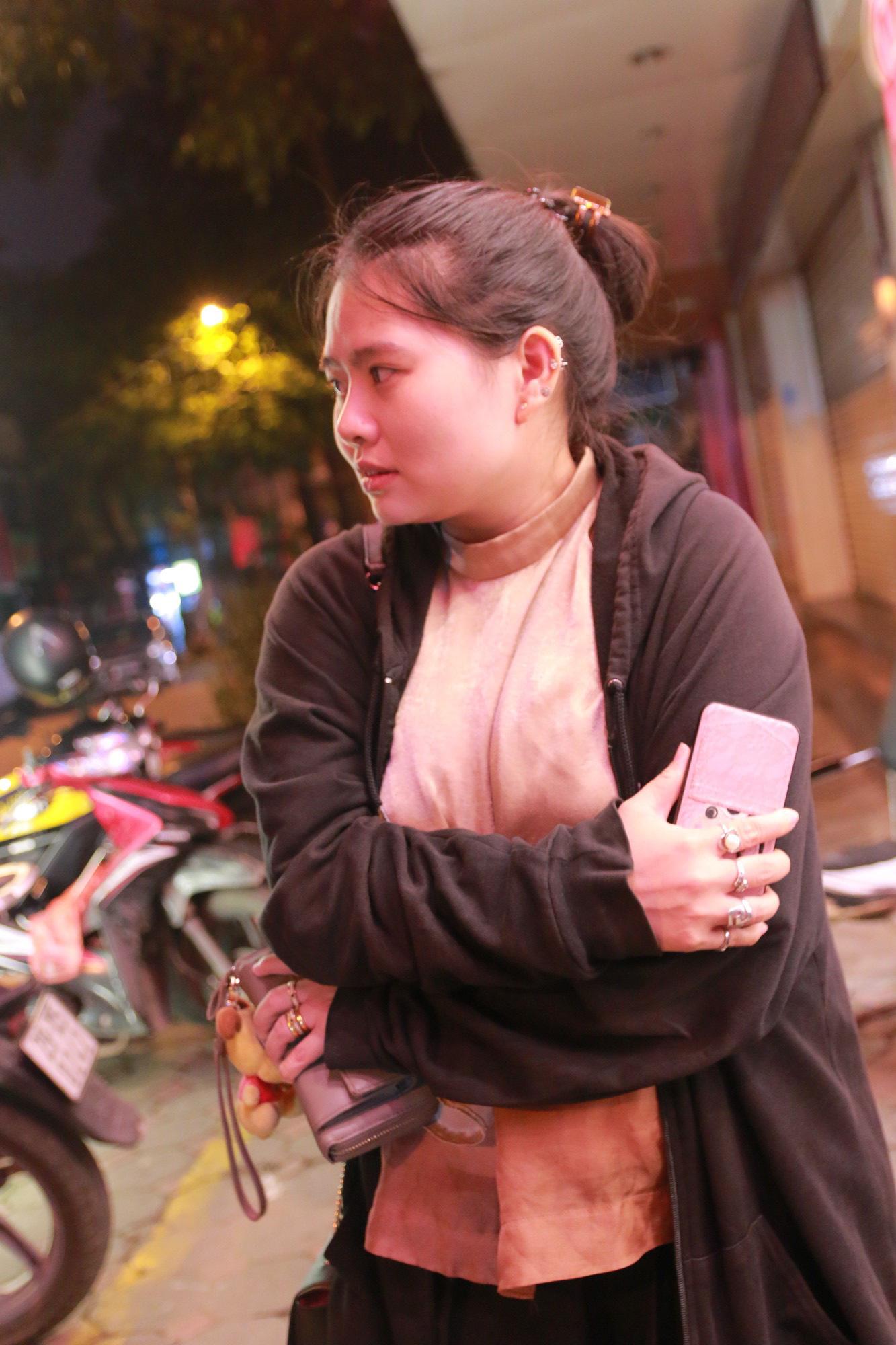 Nhiệt độ Hà Nội đột ngột giảm mạnh, người dân mặc áo ấm ra đường - Ảnh 2.
