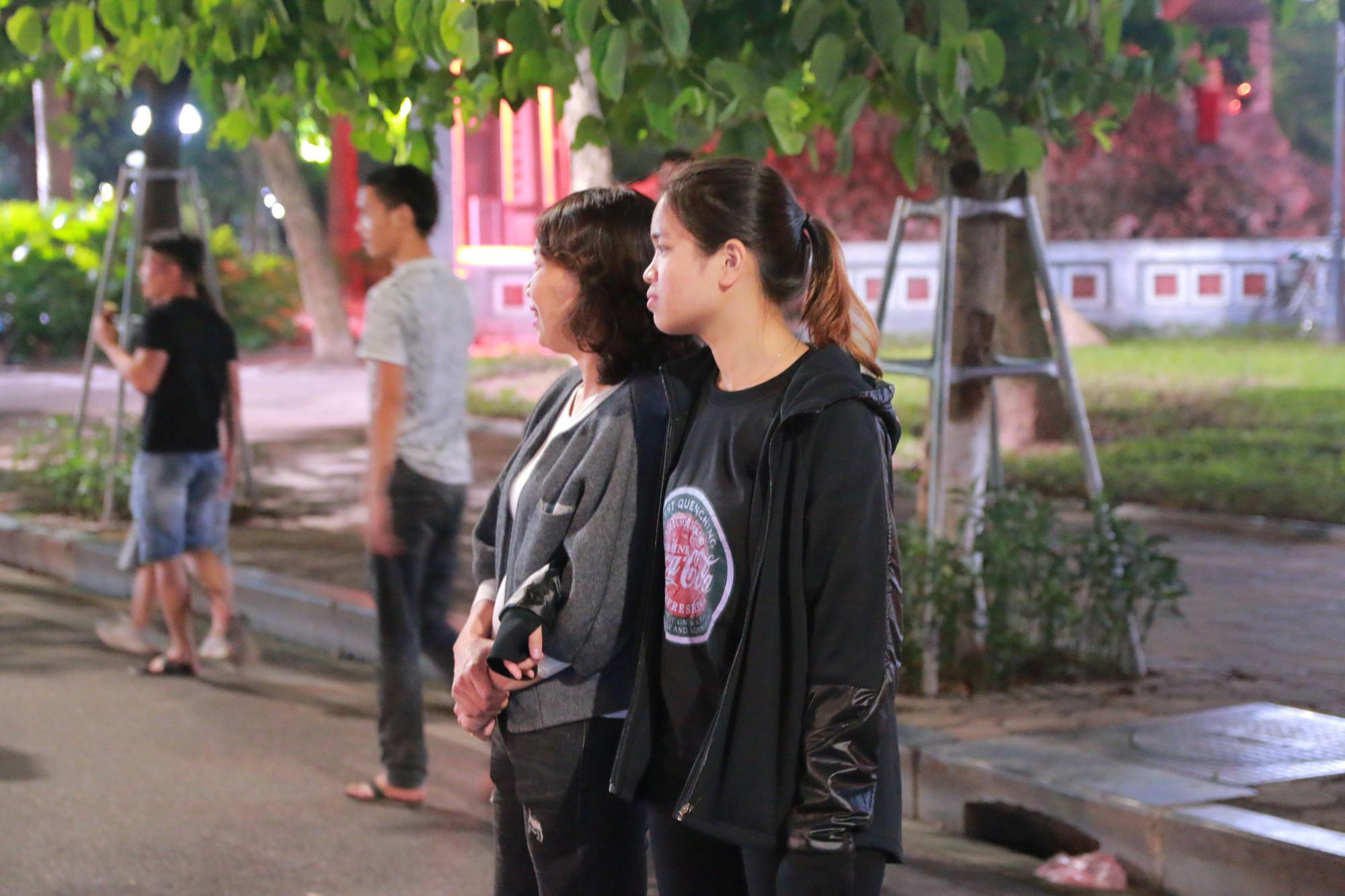 Nhiệt độ Hà Nội đột ngột giảm mạnh, người dân mặc áo ấm ra đường - Ảnh 4.