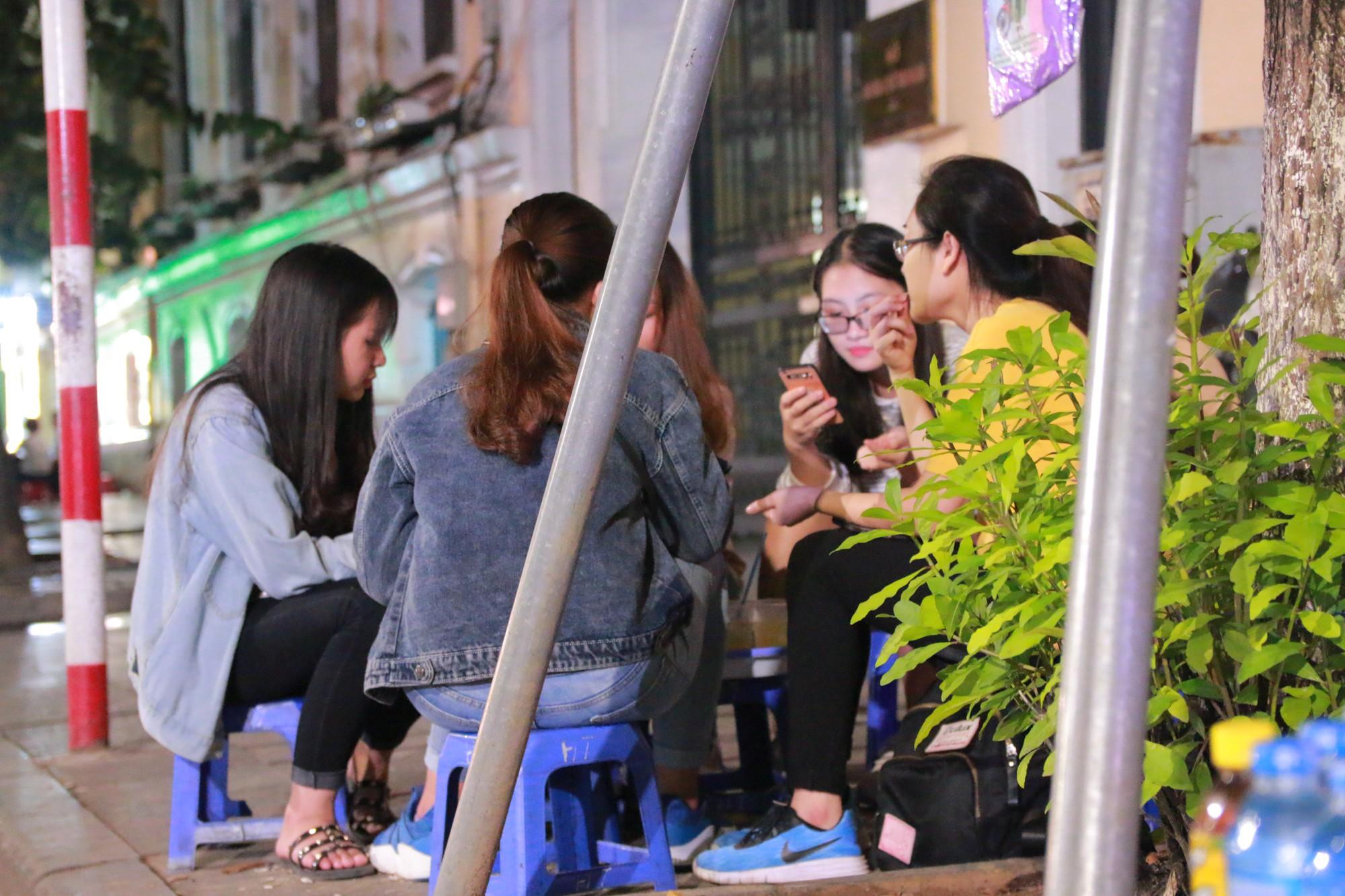 Nhiệt độ Hà Nội đột ngột giảm mạnh, người dân mặc áo ấm ra đường - Ảnh 11.