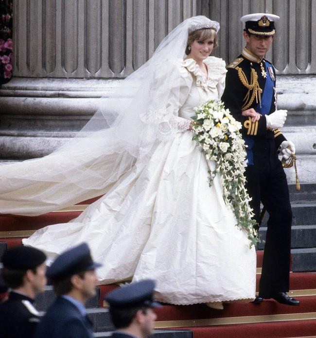 Bí mật tinh tế phía sau váy cưới của Meghan Markle lại khiến người ta nhớ đến công nương Diana và Kate Middleton - Ảnh 4.