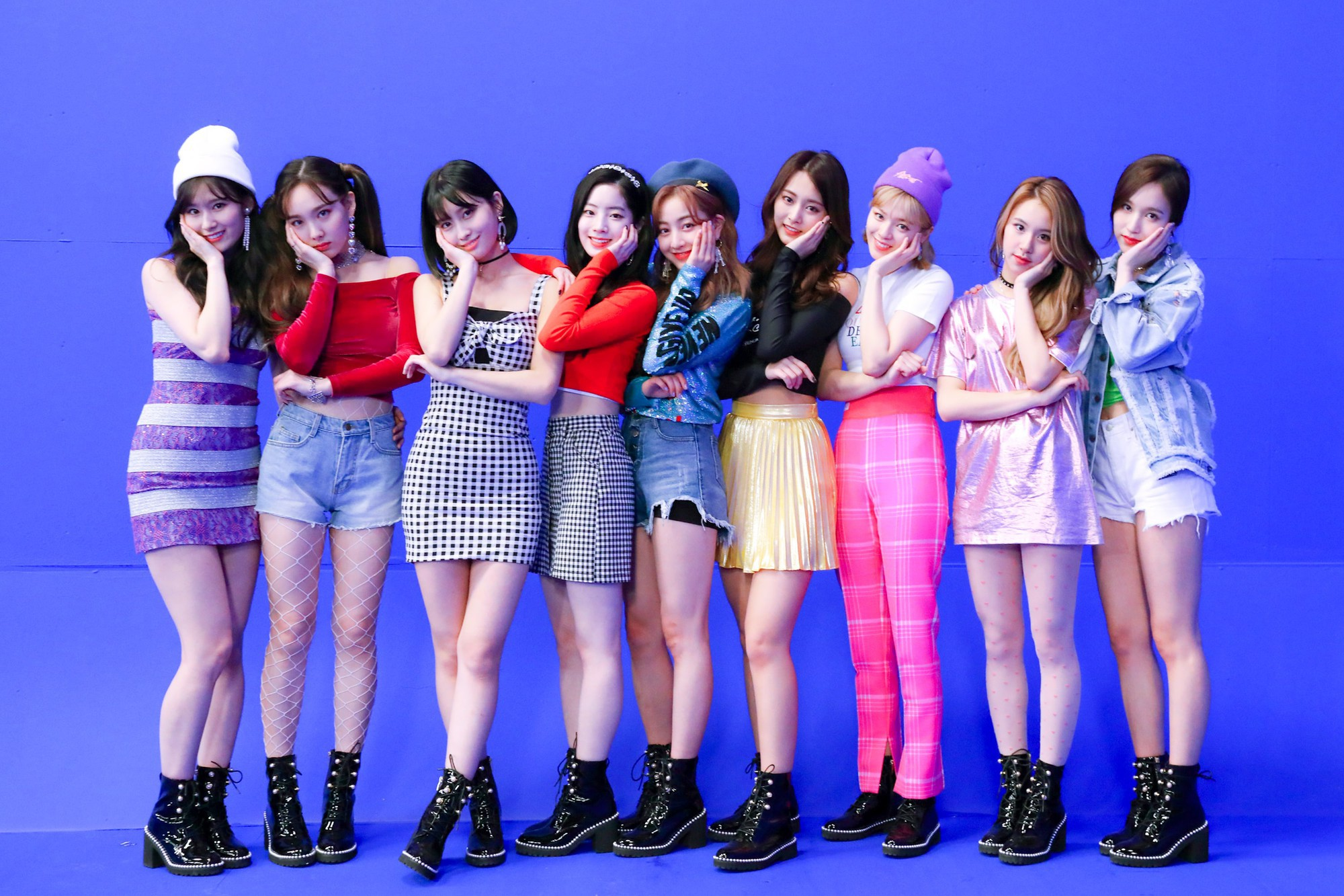 Cứ tưởng TWICE là nghệ sĩ kiếm tiền giỏi nhất JYP nhưng sự thật thì danh hiệu này lại thuộc về một nhóm nhạc khác - Ảnh 1.