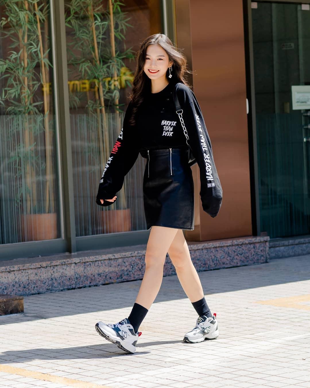 Không có lấy một set đồ bánh bèo, street style của con gái Hàn tuần qua toàn những ca cool ngầu siêu hút mắt - Ảnh 1.
