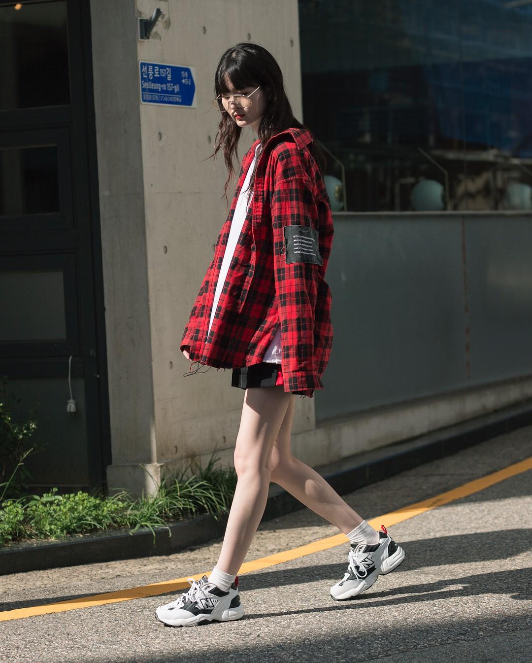 Không có lấy một set đồ bánh bèo, street style của con gái Hàn tuần qua toàn những ca cool ngầu siêu hút mắt - Ảnh 3.