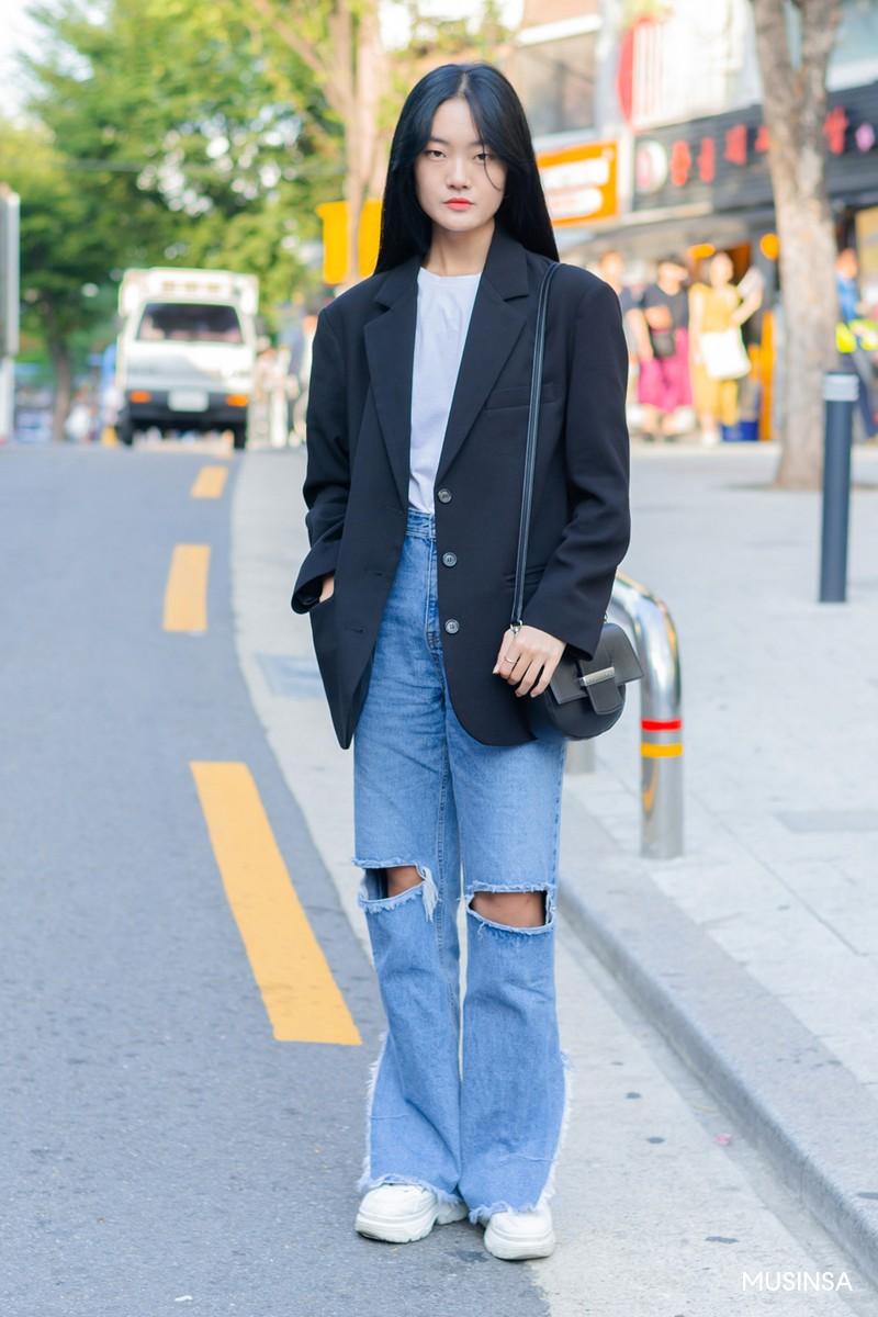 Không có lấy một set đồ bánh bèo, street style của con gái Hàn tuần qua toàn những ca cool ngầu siêu hút mắt - Ảnh 4.