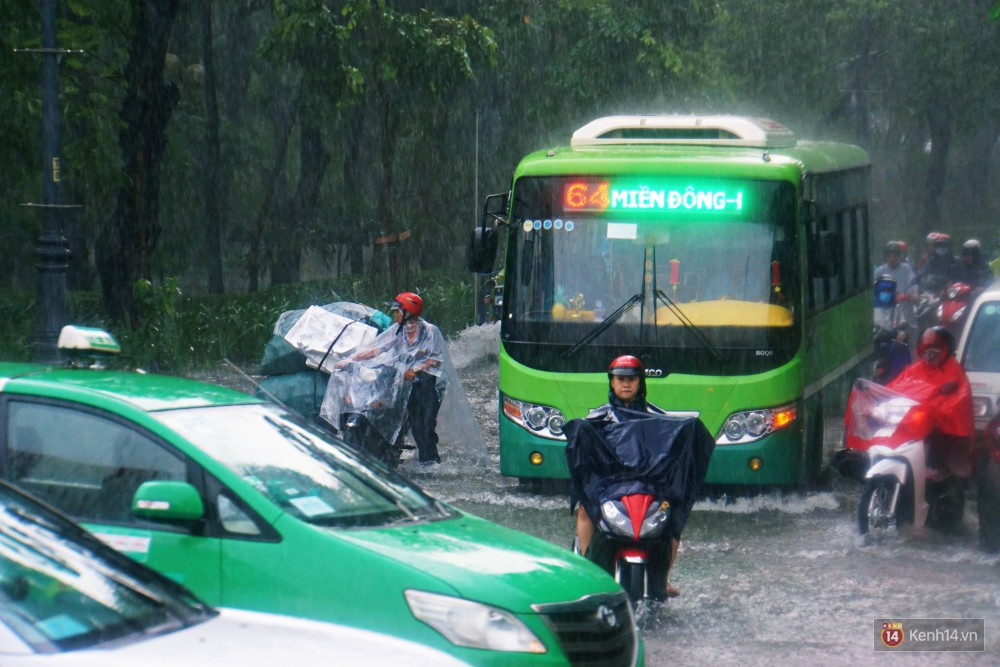 Sài Gòn tiếp tục mưa lớn gây ngập nặng, hành khách lội nước ra vào sân bay Tân Sơn Nhất - Ảnh 2.