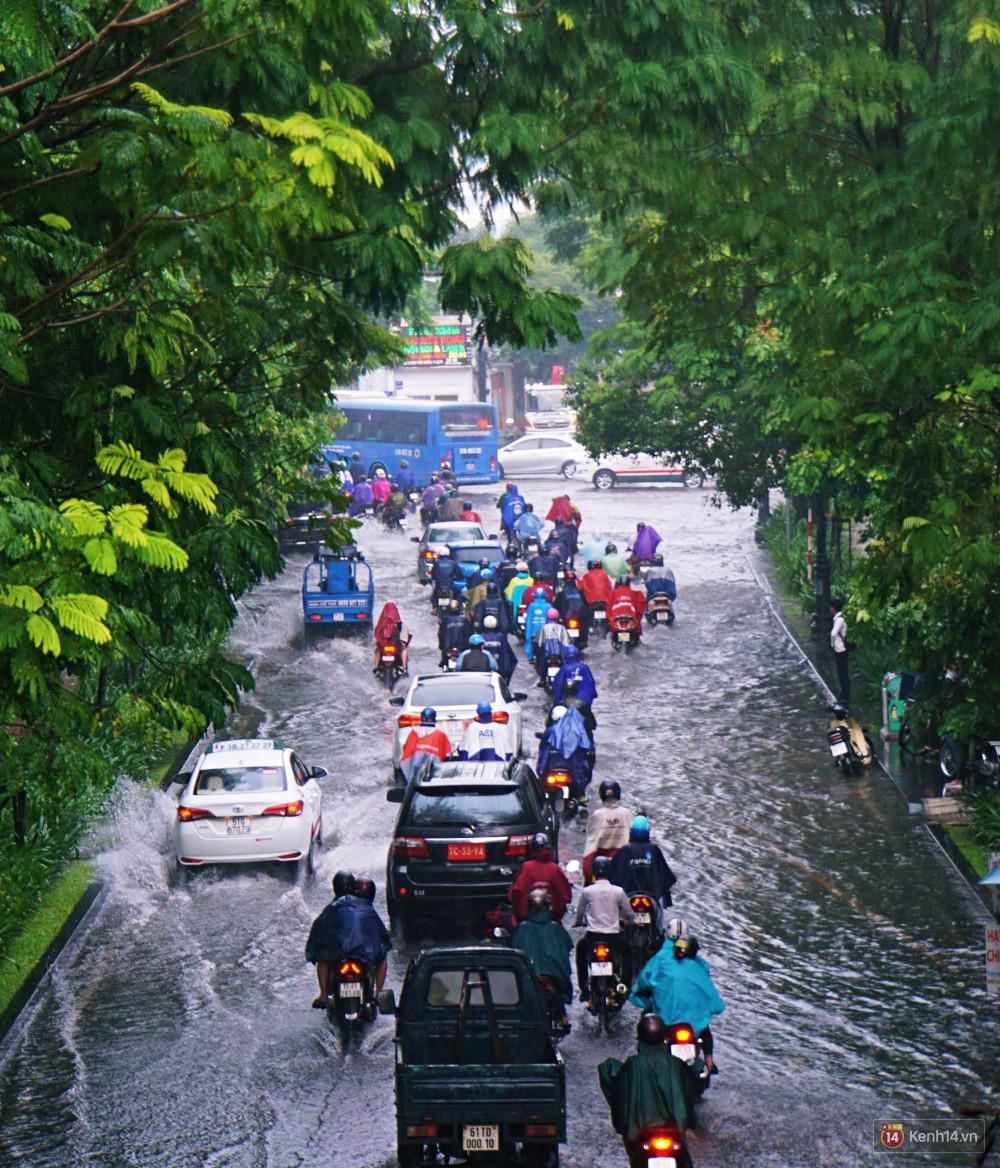 Sài Gòn tiếp tục mưa lớn gây ngập nặng, hành khách lội nước ra vào sân bay Tân Sơn Nhất - Ảnh 1.
