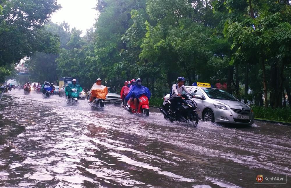 Sài Gòn tiếp tục mưa lớn gây ngập nặng, hành khách lội nước ra vào sân bay Tân Sơn Nhất - Ảnh 6.