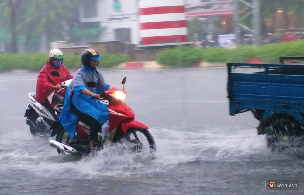Sài Gòn tiếp tục mưa lớn gây ngập nặng, hành khách lội nước ra vào sân bay Tân Sơn Nhất - Ảnh 14.