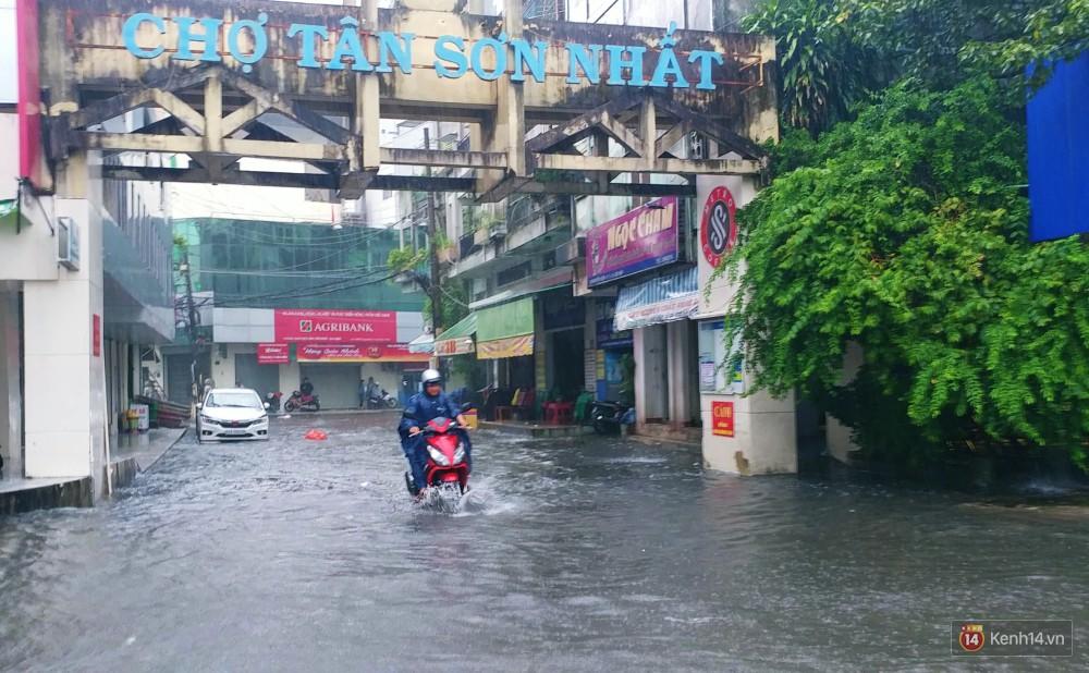 Sài Gòn tiếp tục mưa lớn gây ngập nặng, hành khách lội nước ra vào sân bay Tân Sơn Nhất - Ảnh 11.