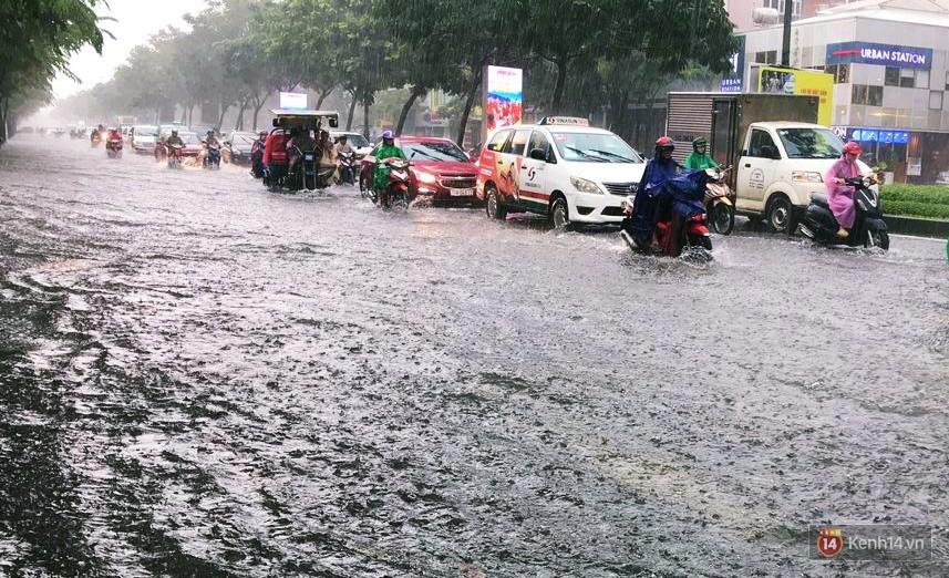 Sài Gòn tiếp tục mưa lớn gây ngập nặng, hành khách lội nước ra vào sân bay Tân Sơn Nhất - Ảnh 7.
