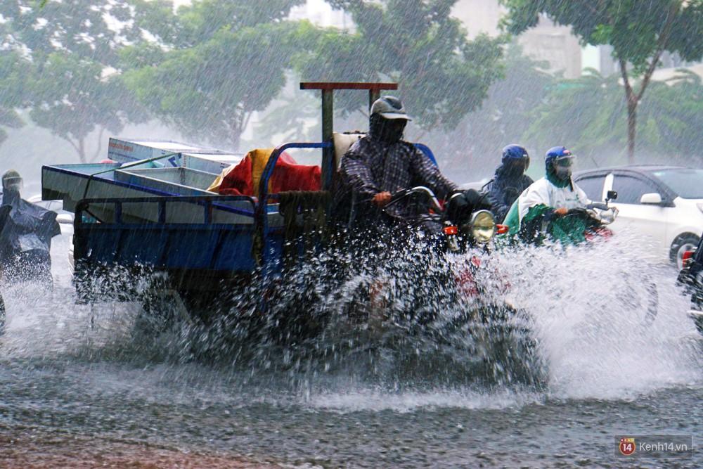 Sài Gòn tiếp tục mưa lớn gây ngập nặng, hành khách lội nước ra vào sân bay Tân Sơn Nhất - Ảnh 15.