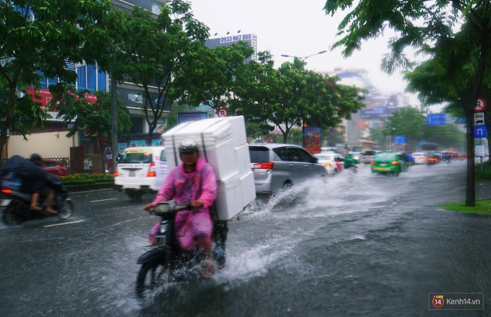 Sài Gòn tiếp tục mưa lớn gây ngập nặng, hành khách lội nước ra vào sân bay Tân Sơn Nhất - Ảnh 9.