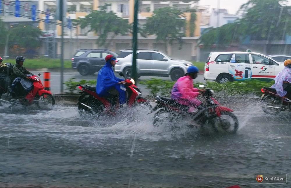 Sài Gòn tiếp tục mưa lớn gây ngập nặng, hành khách lội nước ra vào sân bay Tân Sơn Nhất - Ảnh 18.