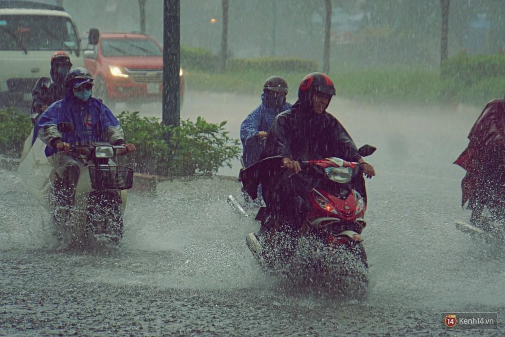 Sài Gòn tiếp tục mưa lớn gây ngập nặng, hành khách lội nước ra vào sân bay Tân Sơn Nhất - Ảnh 17.