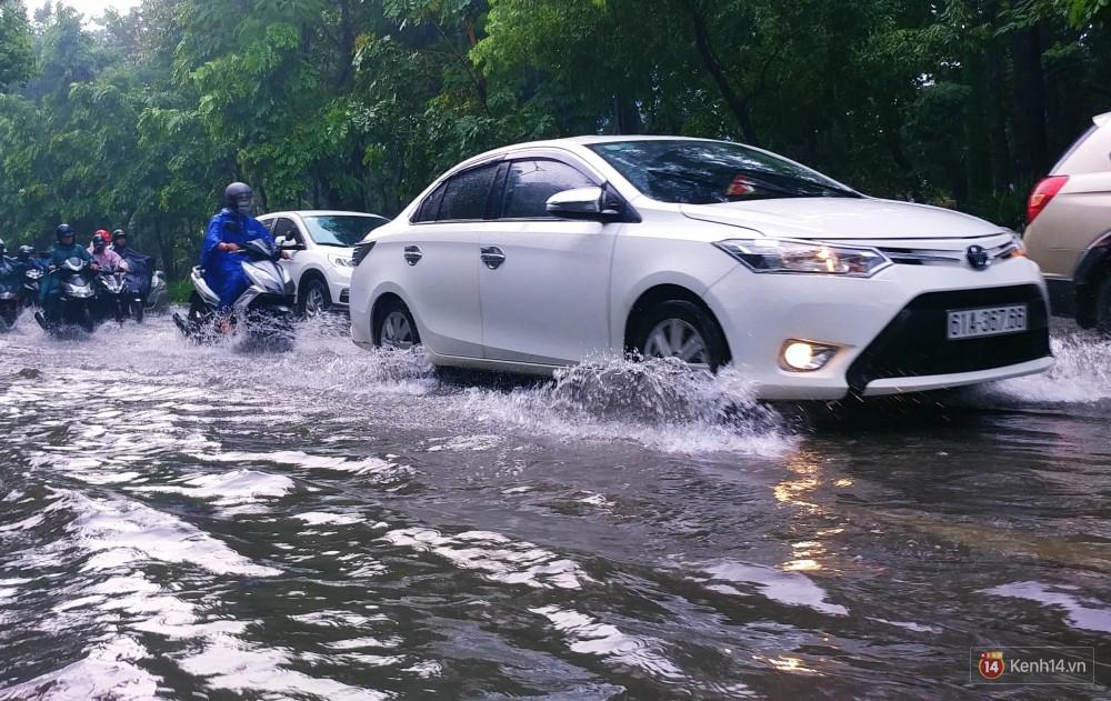 Sài Gòn tiếp tục mưa lớn gây ngập nặng, hành khách lội nước ra vào sân bay Tân Sơn Nhất - Ảnh 5.