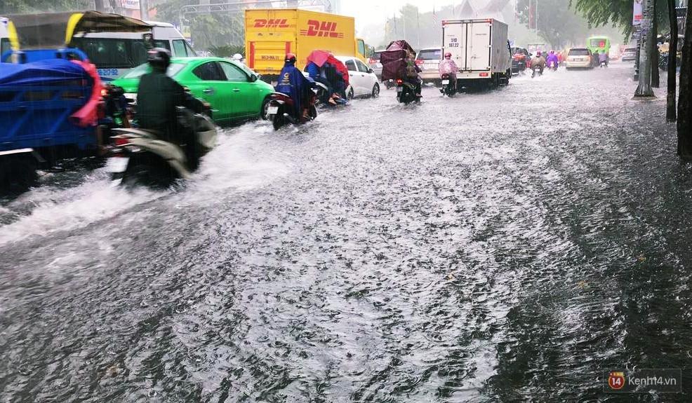 Sài Gòn tiếp tục mưa lớn gây ngập nặng, hành khách lội nước ra vào sân bay Tân Sơn Nhất - Ảnh 8.