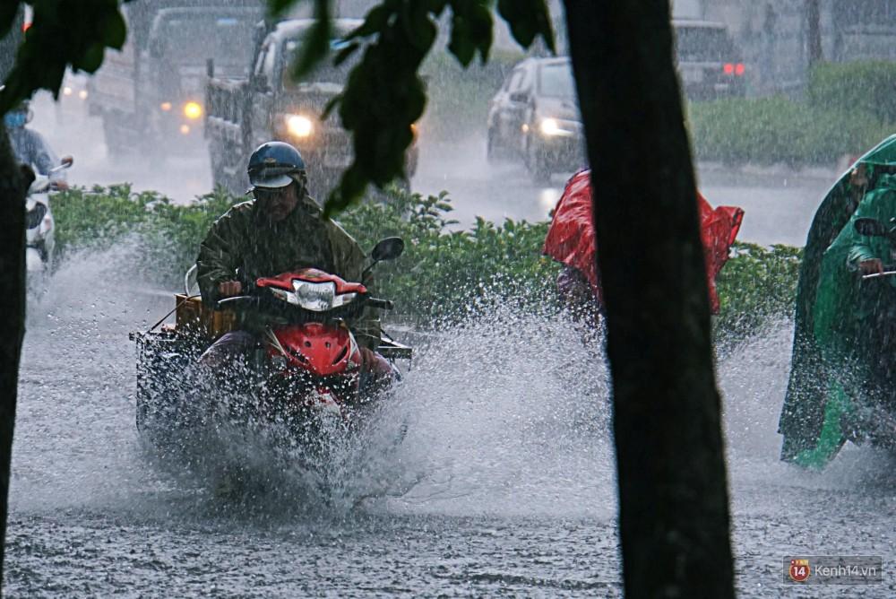 Sài Gòn tiếp tục mưa lớn gây ngập nặng, hành khách lội nước ra vào sân bay Tân Sơn Nhất - Ảnh 16.