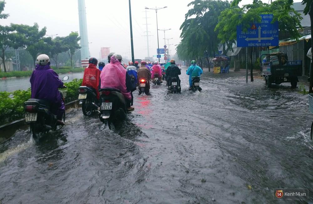 Sài Gòn tiếp tục mưa lớn gây ngập nặng, hành khách lội nước ra vào sân bay Tân Sơn Nhất - Ảnh 13.