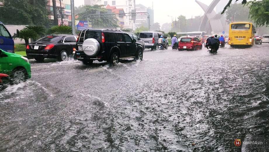 Sài Gòn tiếp tục mưa lớn gây ngập nặng, hành khách lội nước ra vào sân bay Tân Sơn Nhất - Ảnh 4.