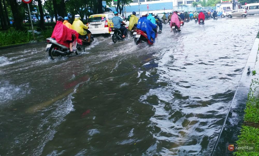 Sài Gòn tiếp tục mưa lớn gây ngập nặng, hành khách lội nước ra vào sân bay Tân Sơn Nhất - Ảnh 3.