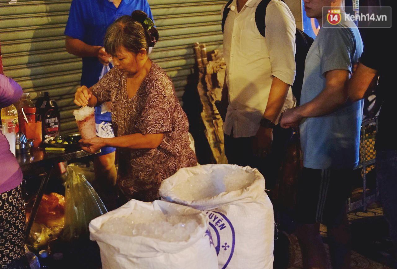 Trà đào chờ 30 năm ở vỉa hè Sài Gòn: Đông khách tới 2 giờ sáng, xếp hàng cả tiếng đồng hồ mới mua được - Ảnh 10.