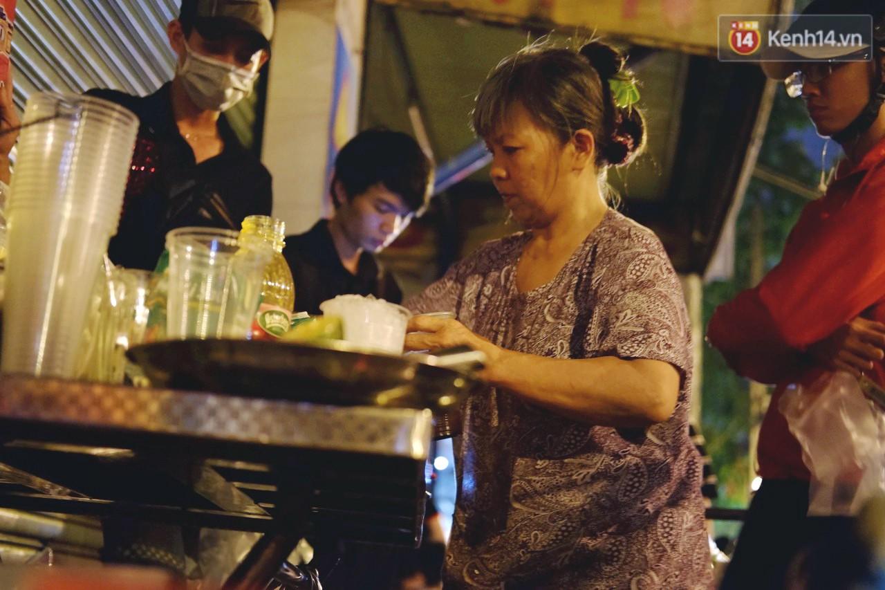 Trà đào chờ 30 năm ở vỉa hè Sài Gòn: Đông khách tới 2 giờ sáng, xếp hàng cả tiếng đồng hồ mới mua được - Ảnh 3.