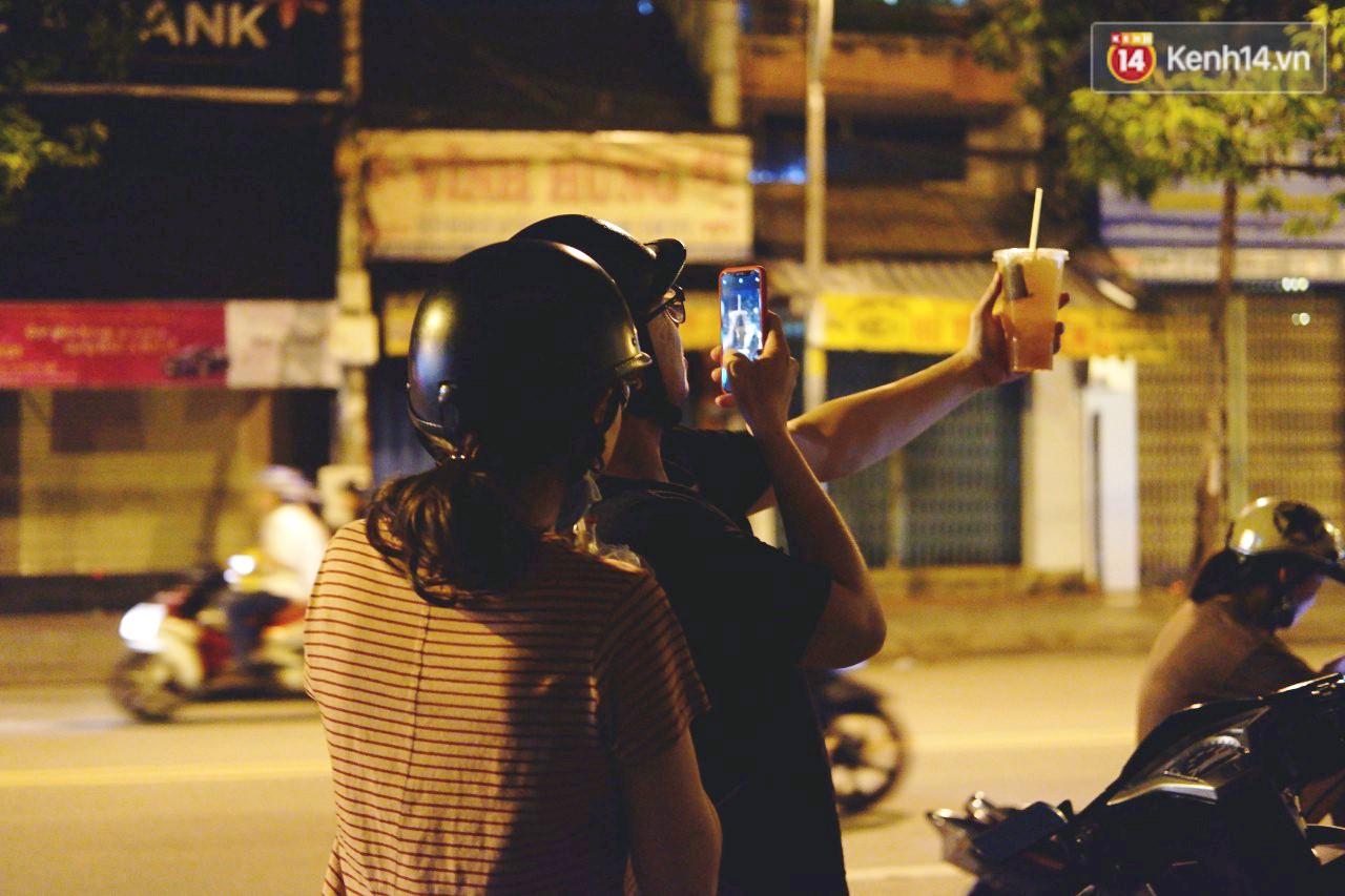 Trà đào chờ 30 năm ở vỉa hè Sài Gòn: Đông khách tới 2 giờ sáng, xếp hàng cả tiếng đồng hồ mới mua được - Ảnh 1.