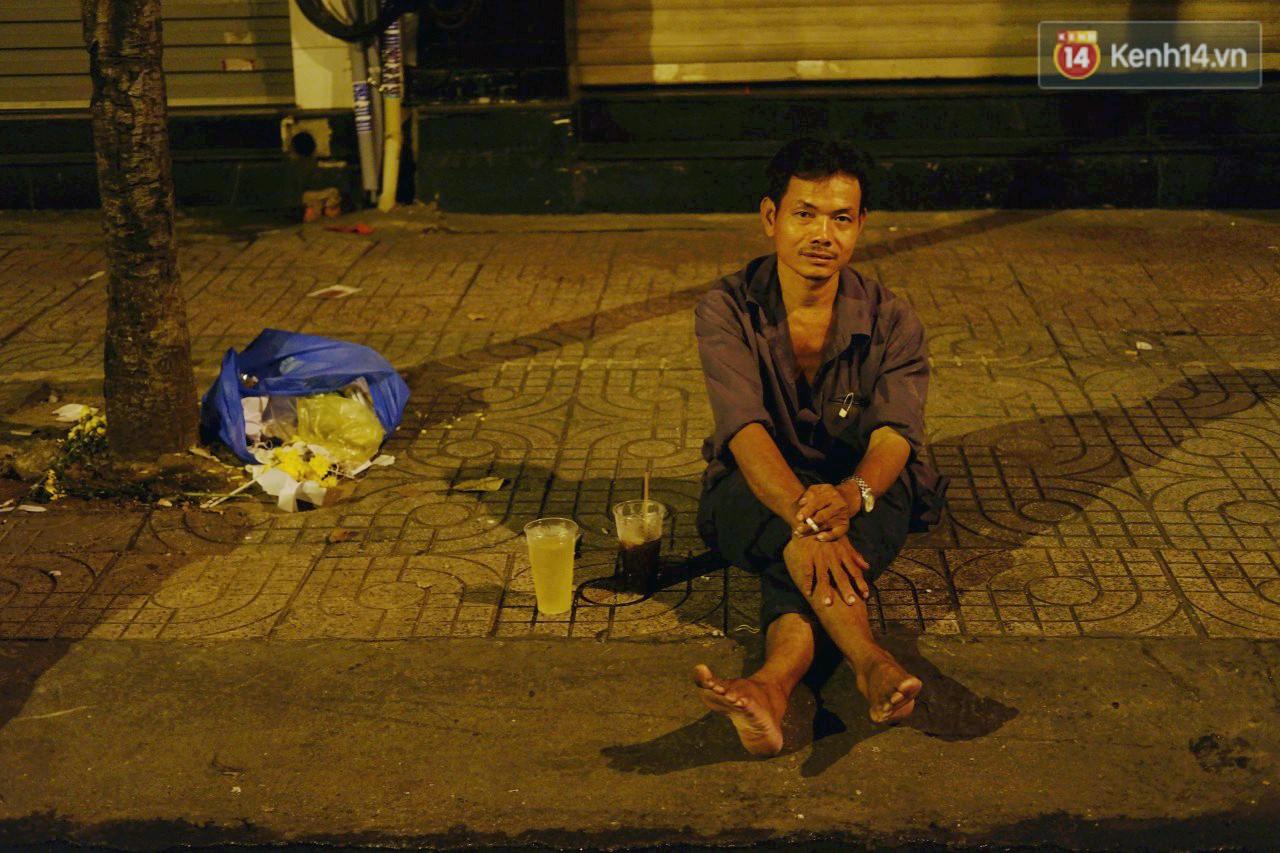 Trà đào chờ 30 năm ở vỉa hè Sài Gòn: Đông khách tới 2 giờ sáng, xếp hàng cả tiếng đồng hồ mới mua được - Ảnh 12.