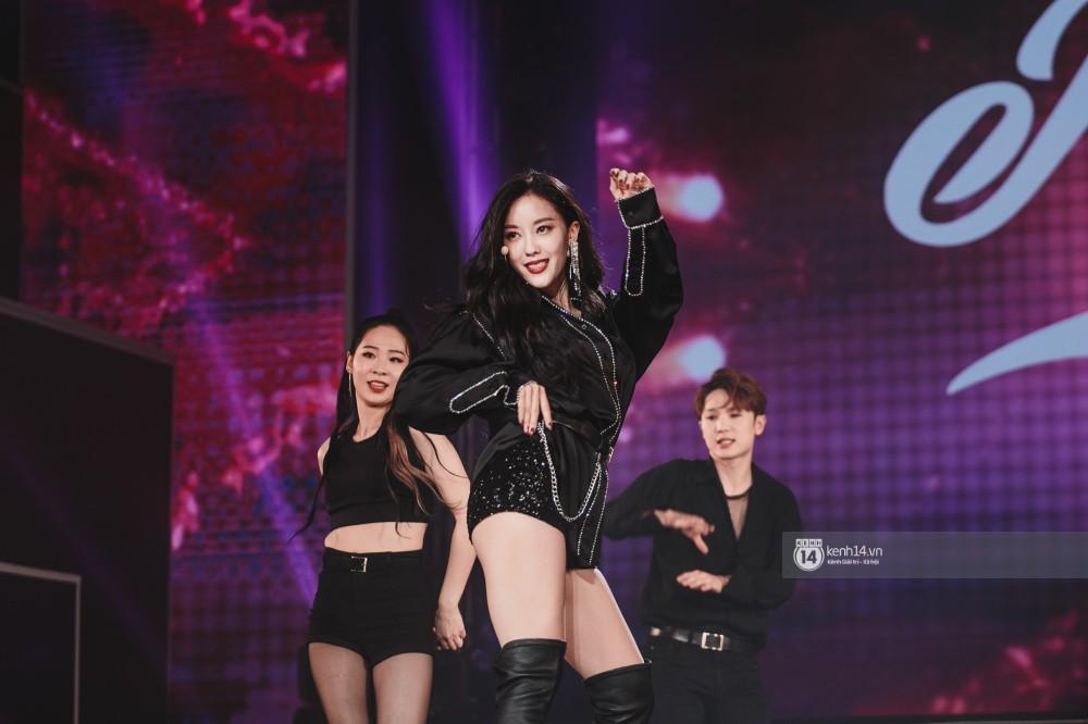 Khoảnh khắc đẹp của dàn sao Việt-Hàn trong show diễn đêm qua khiến khán giả bùng nổ - Ảnh 21.