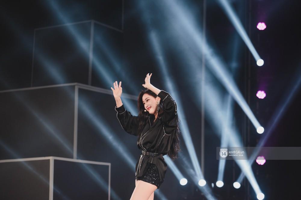 Khoảnh khắc đẹp của dàn sao Việt-Hàn trong show diễn đêm qua khiến khán giả bùng nổ - Ảnh 19.