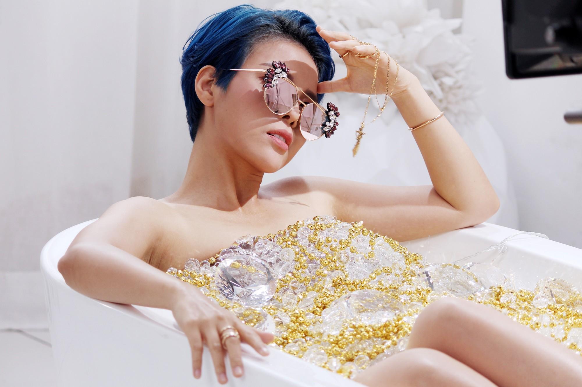 Hình ảnh Vũ Cát Tường bán nude nằm trong bồn tắm đầy đá quý sao chép ý tưởng MV đình đám của Taylor Swift - Ảnh 2.