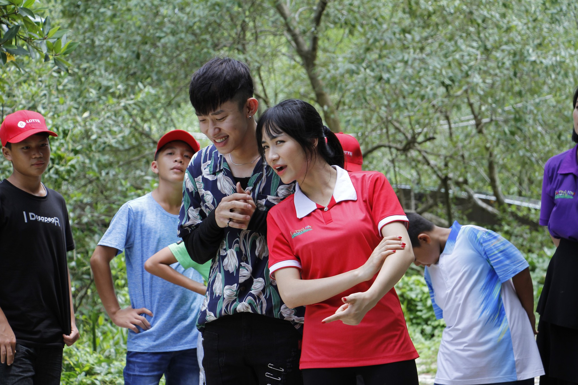 Cầu thủ nhí: Hòa Minzy liên tục chọc ghẹo, bắt nạt Kay Trần - Ảnh 6.