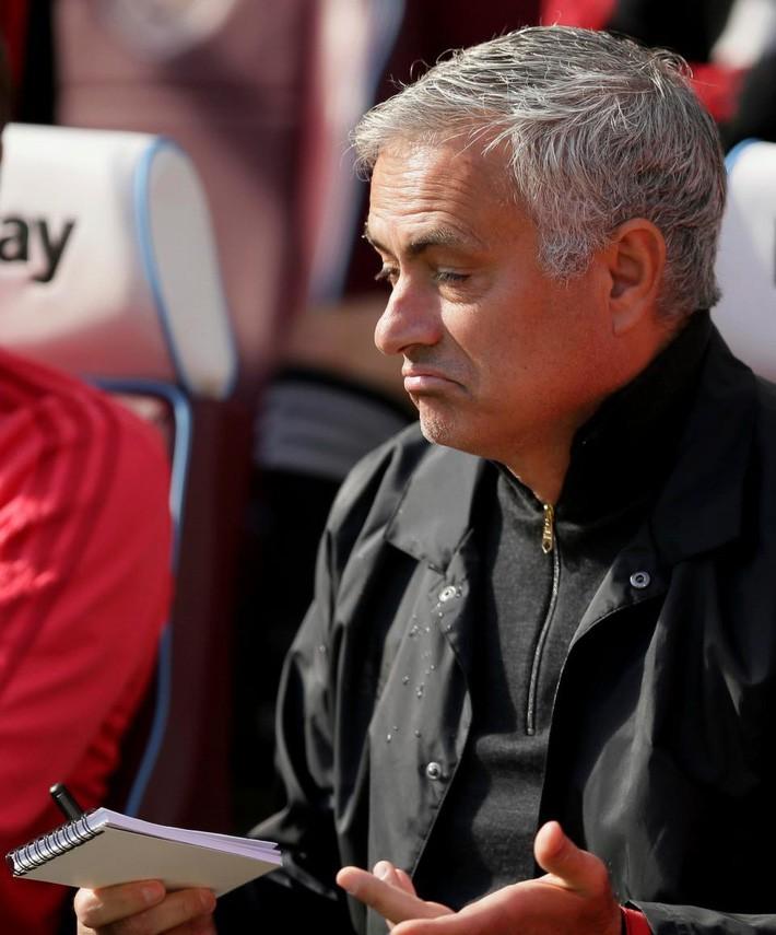 Quá phẫn nộ, CĐV Man Utd đòi sa thải Mourinho ngay và luôn - Ảnh 2.