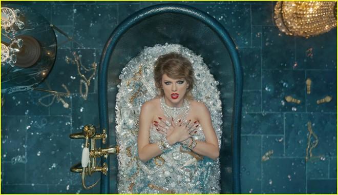 Hình ảnh Vũ Cát Tường bán nude nằm trong bồn tắm đầy đá quý sao chép ý tưởng MV đình đám của Taylor Swift - Ảnh 3.
