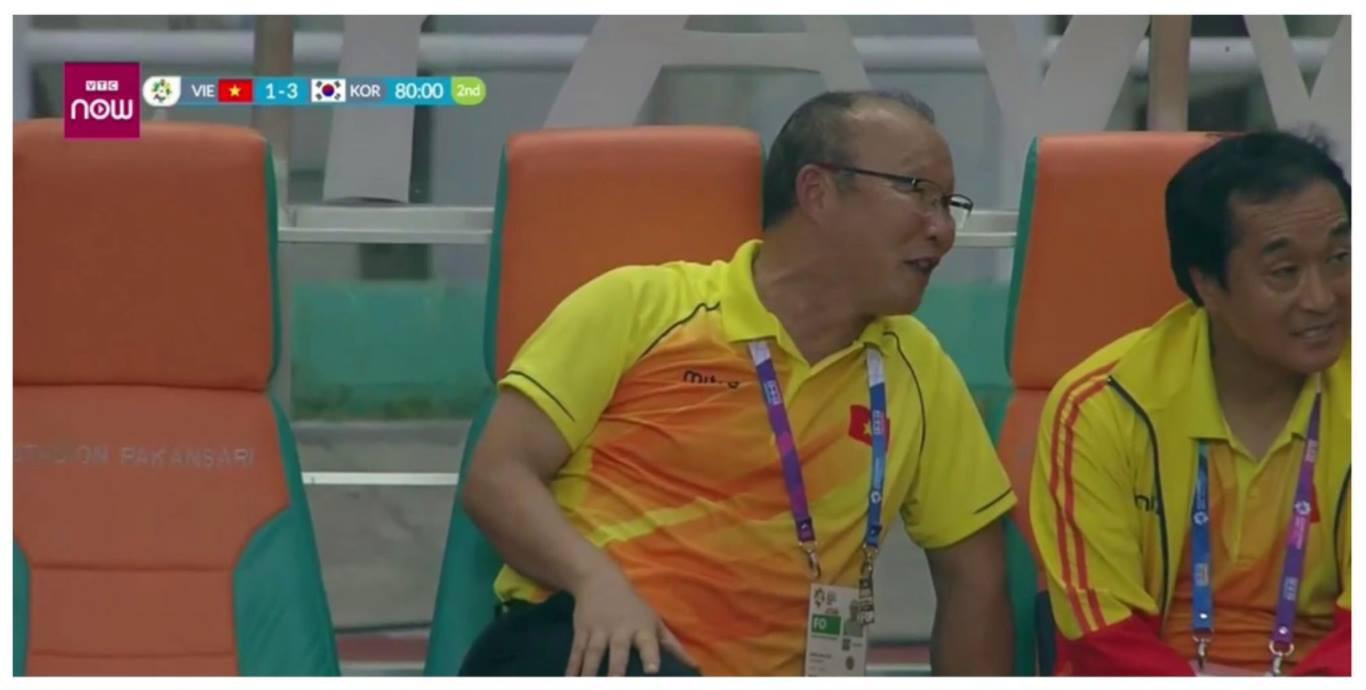 """HLV Park Hang Seo nghĩ gì khi bị CĐV quá khích Việt Nam """"ném đá""""?"""
