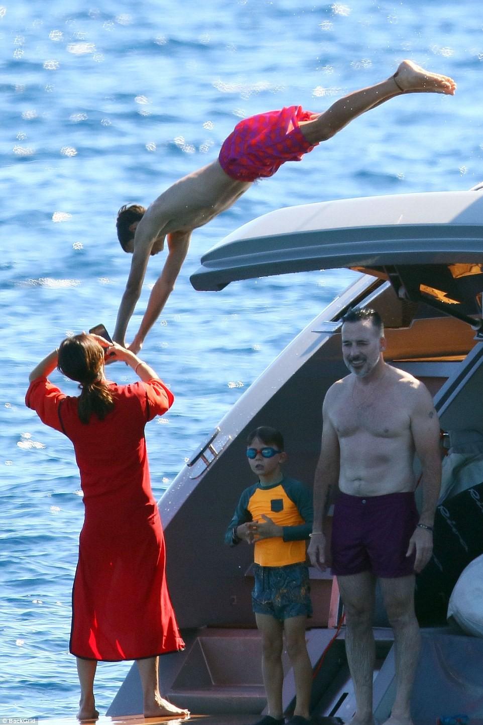 Nhìn vợ chồng Beckham tình bể bình trong loạt ảnh mới, ai còn tin được lời đồn họ sắp ly hôn! - Ảnh 13.