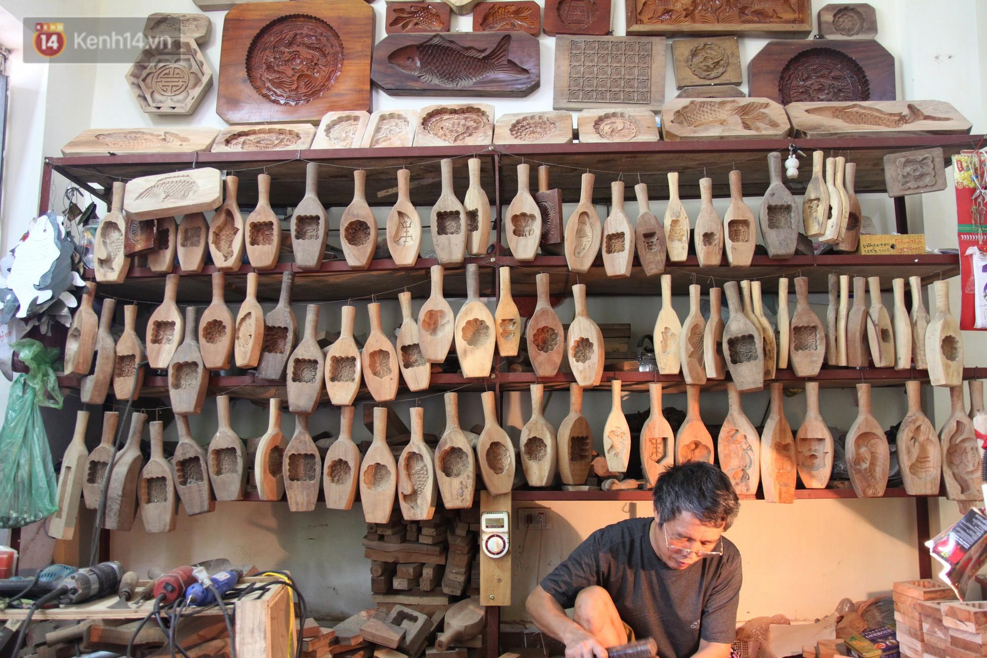 Ghé thăm người đàn ông 35 năm đẽo đục khuôn bánh Trung thu ở Hà Nội: Một khuôn gỗ đắt nhất giá 5 triệu - Ảnh 2.