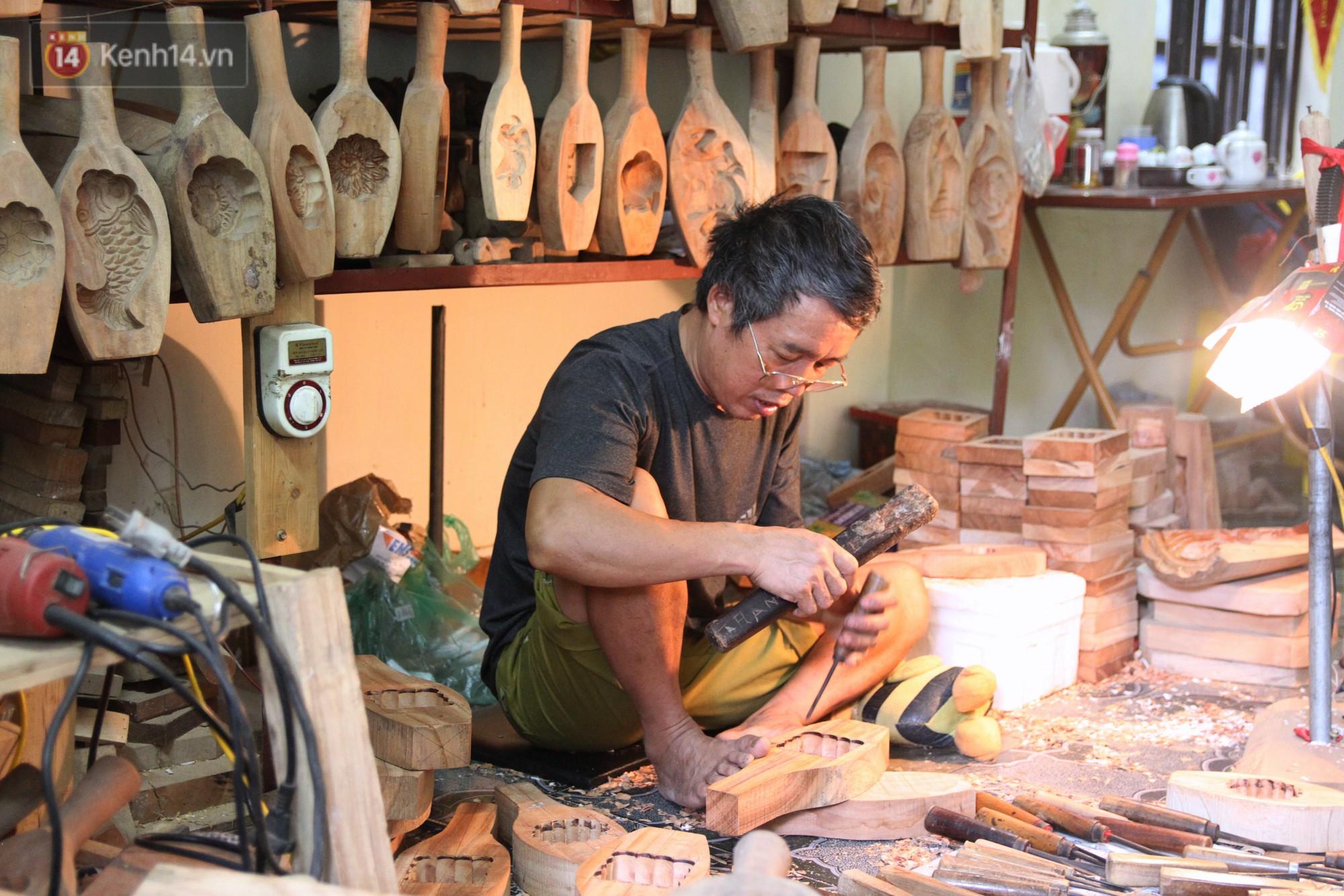 Ghé thăm người đàn ông 35 năm đẽo đục khuôn bánh Trung thu ở Hà Nội: Một khuôn gỗ đắt nhất giá 5 triệu - Ảnh 3.