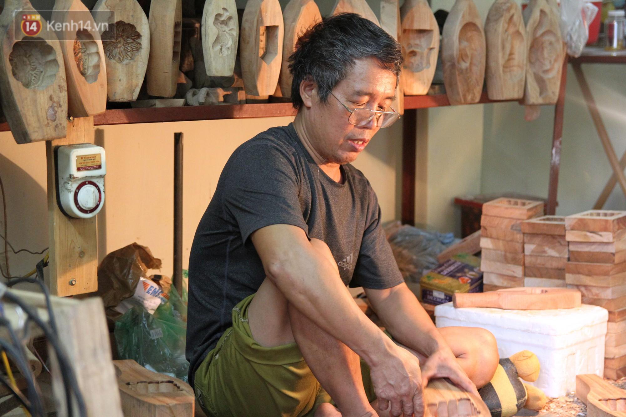 Ghé thăm người đàn ông 35 năm đẽo đục khuôn bánh Trung thu ở Hà Nội: Một khuôn gỗ đắt nhất giá 5 triệu - Ảnh 11.