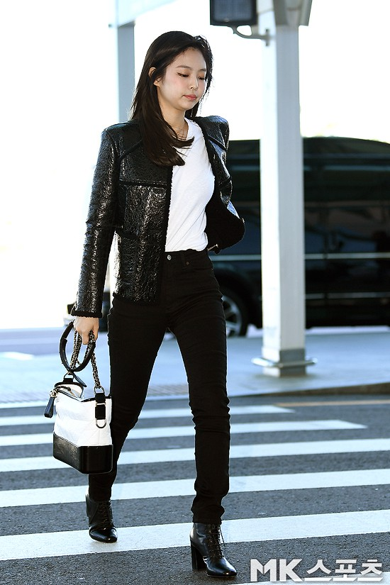 Đẳng cấp như Jennie (Black Pink) ra sân bay: Đơn giản nhưng vẫn đẹp hoàn hảo, sang chảnh như dự sự kiện - Ảnh 1.