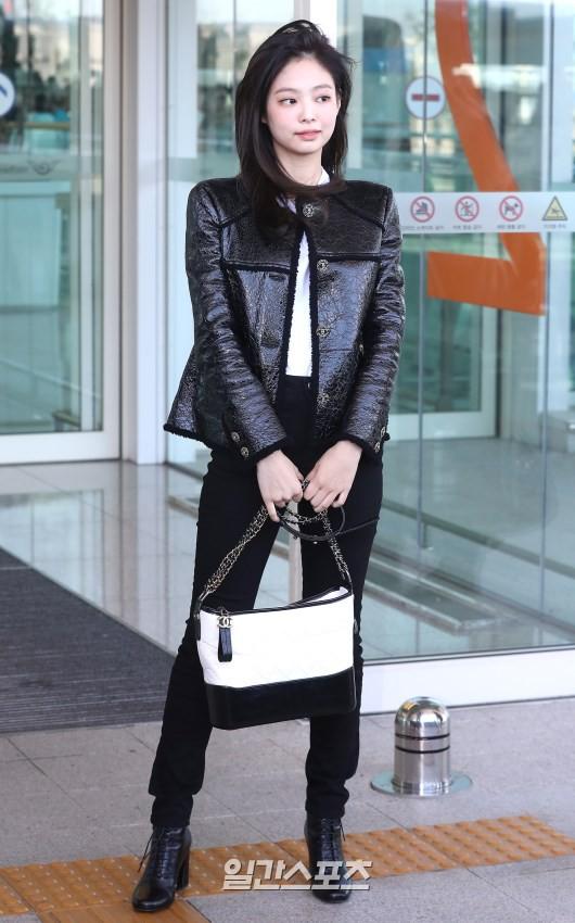 Đẳng cấp như Jennie (Black Pink) ra sân bay: Đơn giản nhưng vẫn đẹp hoàn hảo, sang chảnh như dự sự kiện - Ảnh 4.