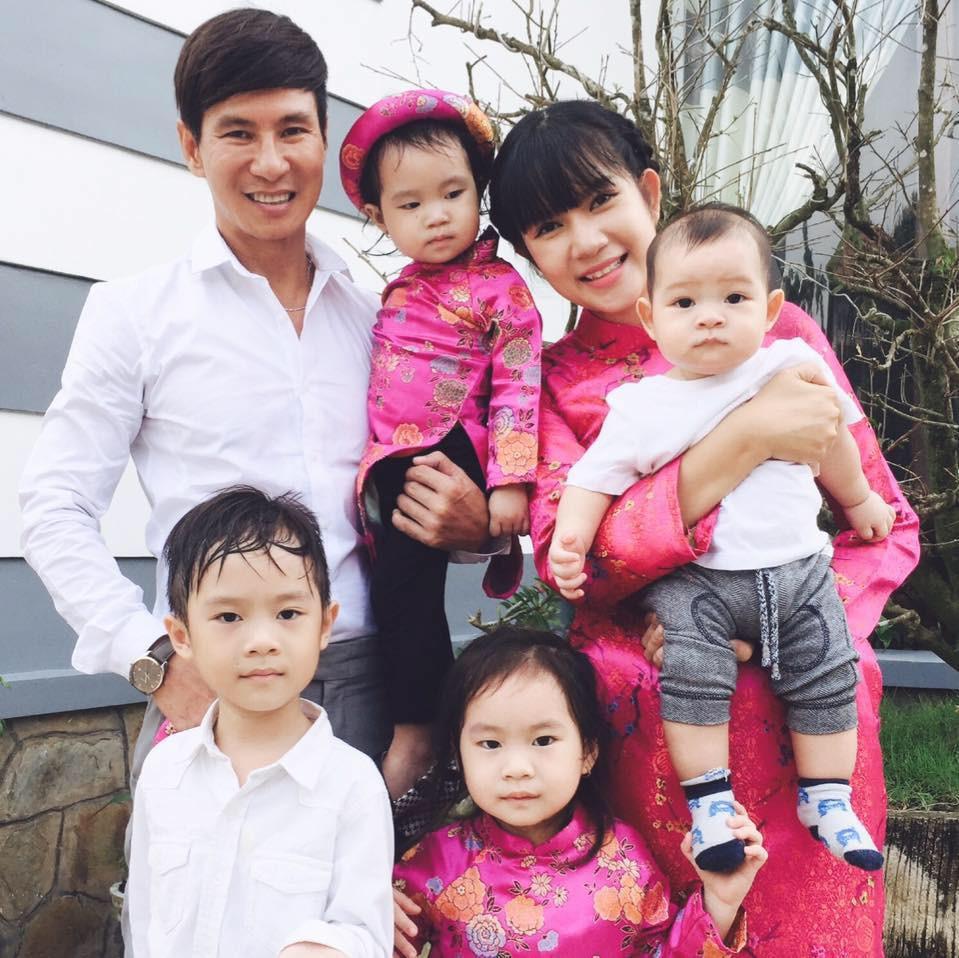 Lý Hải đón tuổi 50 bên vợ và các con nhưng hình ảnh trang trí trong bữa tiệc mới là điều được chú ý - Ảnh 5.